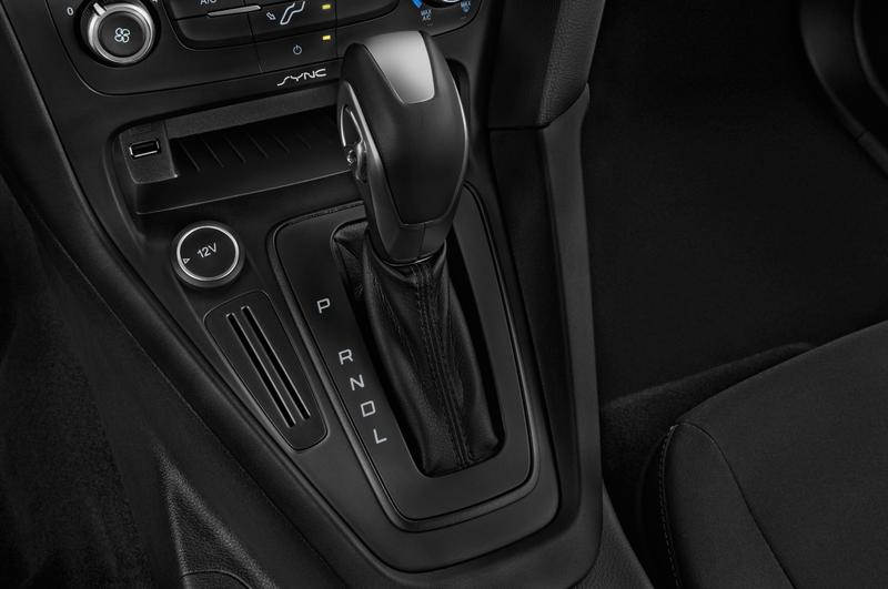 ford 16focussesa4a gearshift  details Kıbrısta 2016 Ford Focus Araç Kiralama